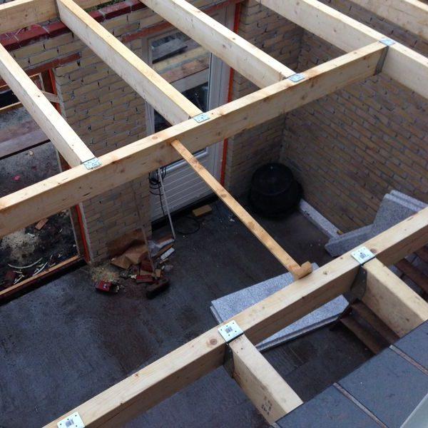 Trapgat in een houten verdiepingsvloer